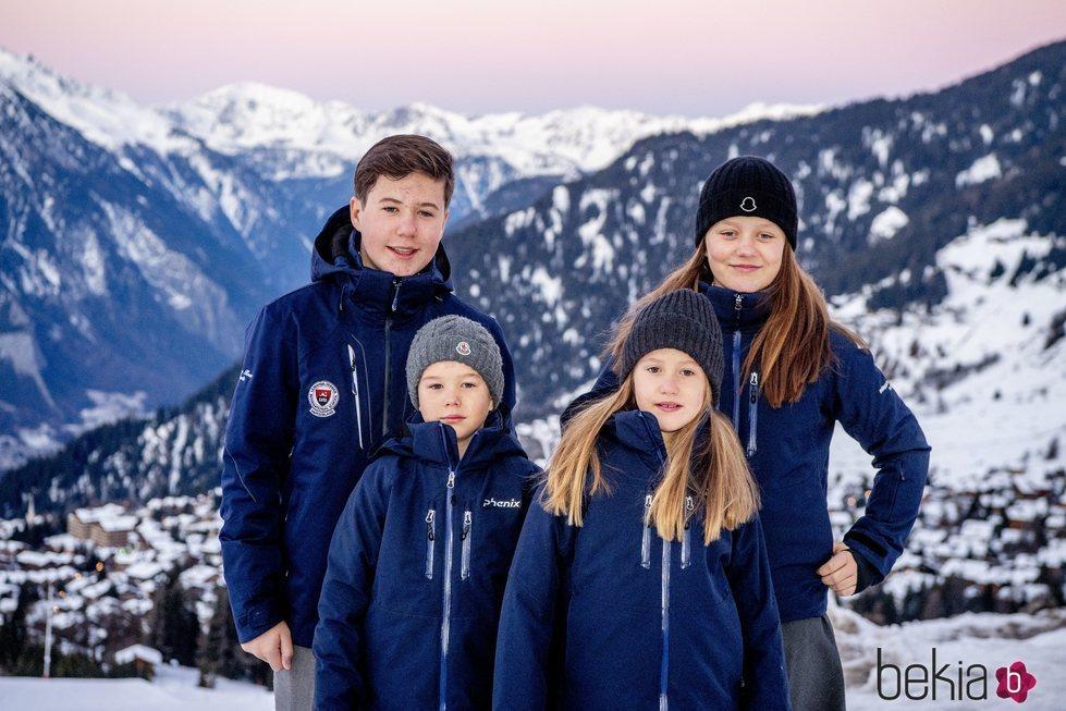 Los Príncipes Christian, Isabel, Josefina y Vicente de Dinamarca a las puertas de su internado suizo