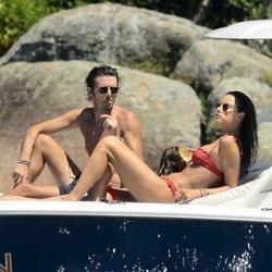 Alessandra Ambrosio y Nicolo Oddi disfrutando de un día en alta mar en Brasil