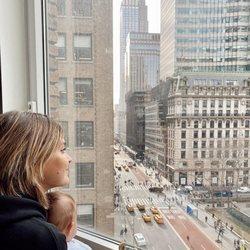 Laura Escanes contemplando Nueva York con su hija Roma