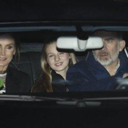 Los Reyes Felipe y Letizia con la Princesa Leonor tras pasar la tarde del Día de Reyes 2020 en casa de Jesús Ortiz
