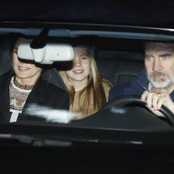 Los Reyes Felipe y Letizia con la Infanta Sofía tras pasar la tarde del Día de Reyes 2020 en casa de Jesús Ortiz
