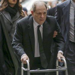 Harvey Weinstein empujando un andador a su llegada al juicio el 6 de enero de 2020