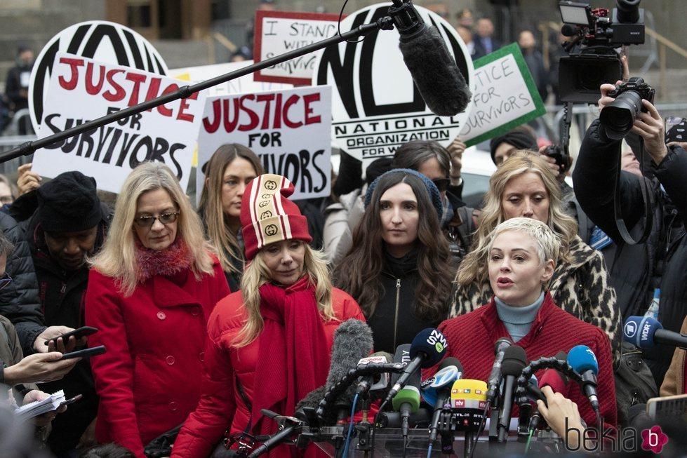 Rosanna Arquette y Rose McGowan junto a otras denunciantes de Weinstein a las puertas de la Corte de Nueva York