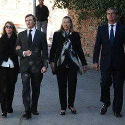 Pedro de Borbón-Dos Sicilias y Sofía Landaluce con Cristina de Borbón-Dos Sicilias y Pedro López Quesada en el funeral de la Infanta Pilar