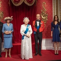 Las figuras de cera de la Reina Isabel, el Duque de Edimgurgo, el Príncipe Carlos, la Duquesa de Cornualles y los Duques de Cambridge