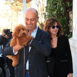 Ana Rosa Quintana con su marido y su mascota en su 64 cumpleaños