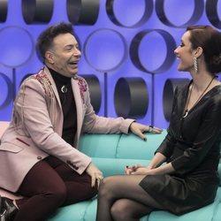 Adara Molinero y Maestro Joao en el confesionario en la gala de estreno de 'El tiempo del descuento'