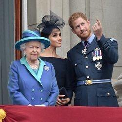 La Reina Isabel, el Príncipe Harry y Meghan Markle en el centenario de la RAF