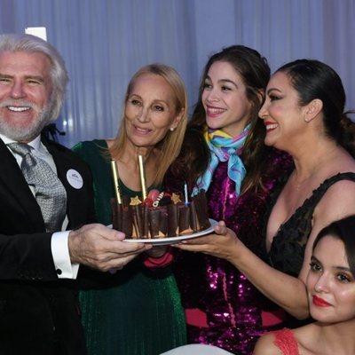 Bigote Arrocet en la Gala Linda España 2019 junto a una amiga, Cósima Ramírez y María Bravo