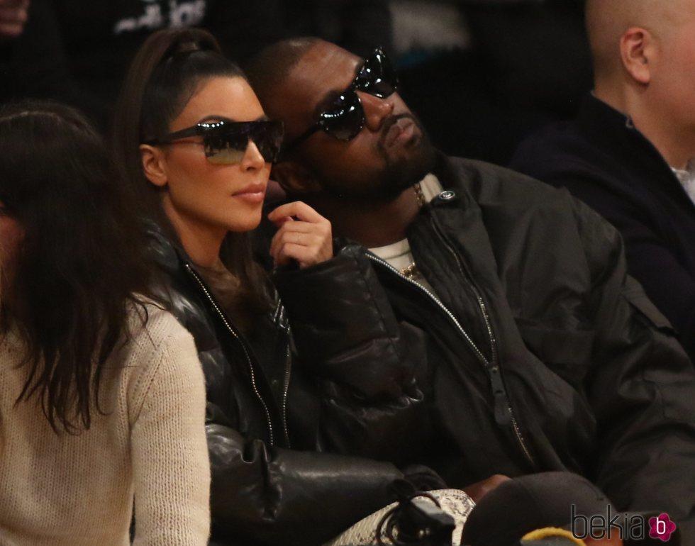 Kim Kardashian y Kanye West en un partido de baloncesto de la NBA