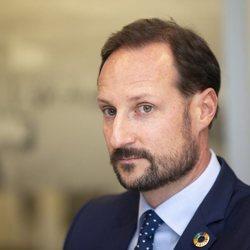 Haakon de Noruega en un acto como Príncipe Regente