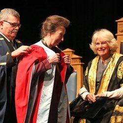 La Princesa Ana recibe un homenaje en la Universidad de Aberdeen en presencia de Camilla Parker