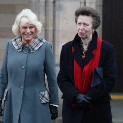 Camilla Parker y la Princesa Ana en la Universidad de Aberdeen