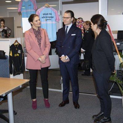 Victoria y Daniel de Suecia en su visita a una asociación LGTBIQ+ en Estocolmo