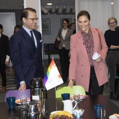 Victoria y Daniel de Suecia en una reunión con la asociación LGTBIQ+ RFSL
