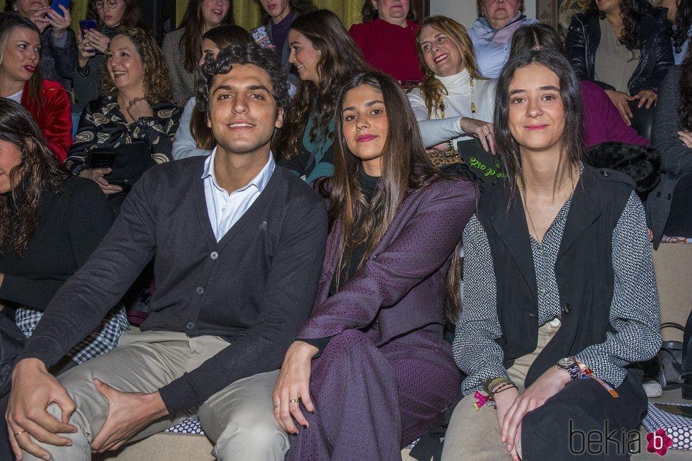 Victoria Federica junto a dos amigos en el desfile de We Love Flamenco 2020