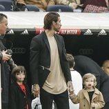 Sergio Ramos con sus hijos Marco y Sergio viendo un partido del Real Madrid
