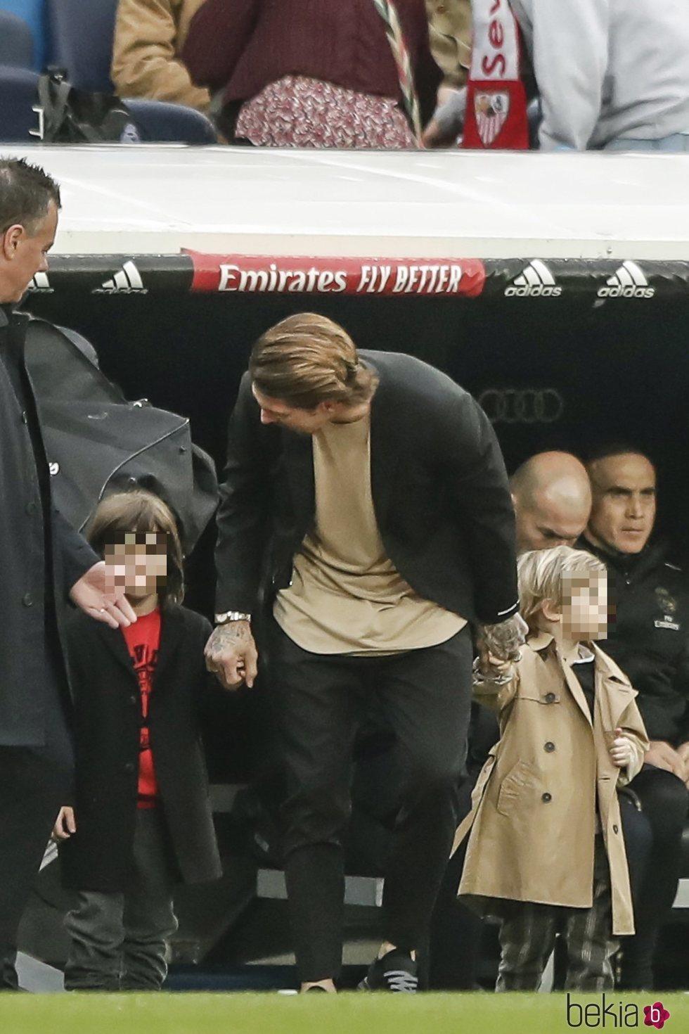 Sergio Ramos, muy atento a sus hijos Marco y Sergio en un partido del Real Madrid
