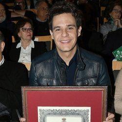 Christian Gálvez con su reconocimiento como Hijo Adoptivo de la Línea de la Concepción