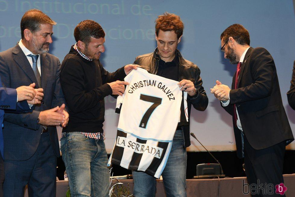Christian Gálvez con una camiseta de fútbol con su nombre tras el nombramiento de Hijo Adoptivo de la Línea de la Concepción