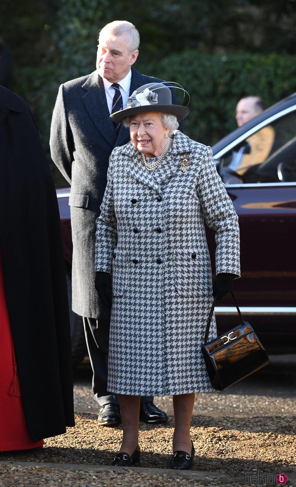 La Reina Isabel II y el Príncipe Andrés en el servicio religioso en Sandringham