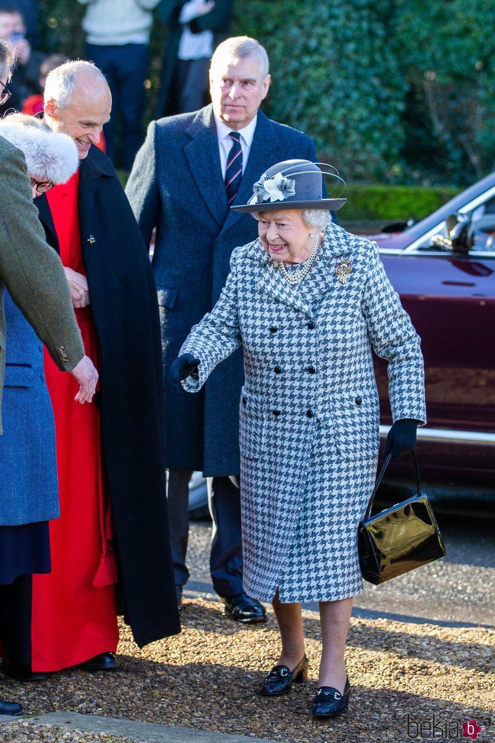 La Reina Isabel II y su hijo, el Príncipe Andrés, llegan al servicio religioso en Sandringham
