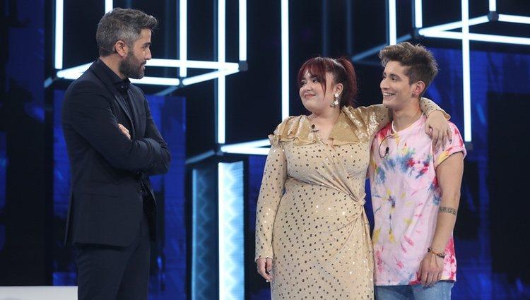 Roberto Leal con los nominados Ariadna y Nicky en la gala 1 de OT 2020