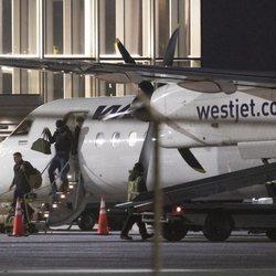 El Príncipe Harry bajando de un avión en Vancouver Island