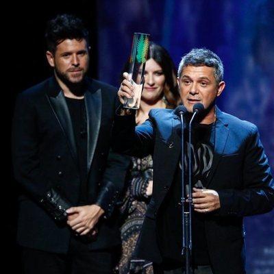 Alejandro Sanz recogiendo un galardón en los Premios Odeón 2020