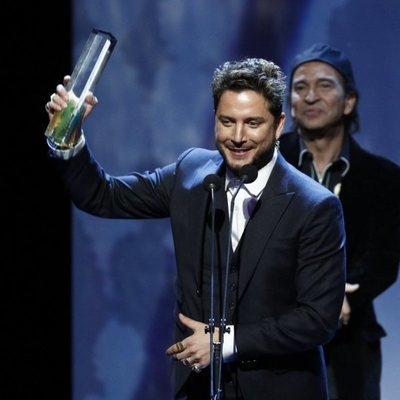 Manuel Carrasco recogiendo un galardón en los Premios Odeón 2020