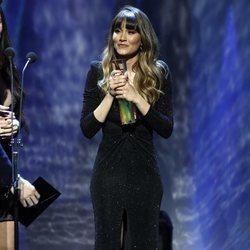 Aitana recogiendo un galardón en los Premios Odeón 2020