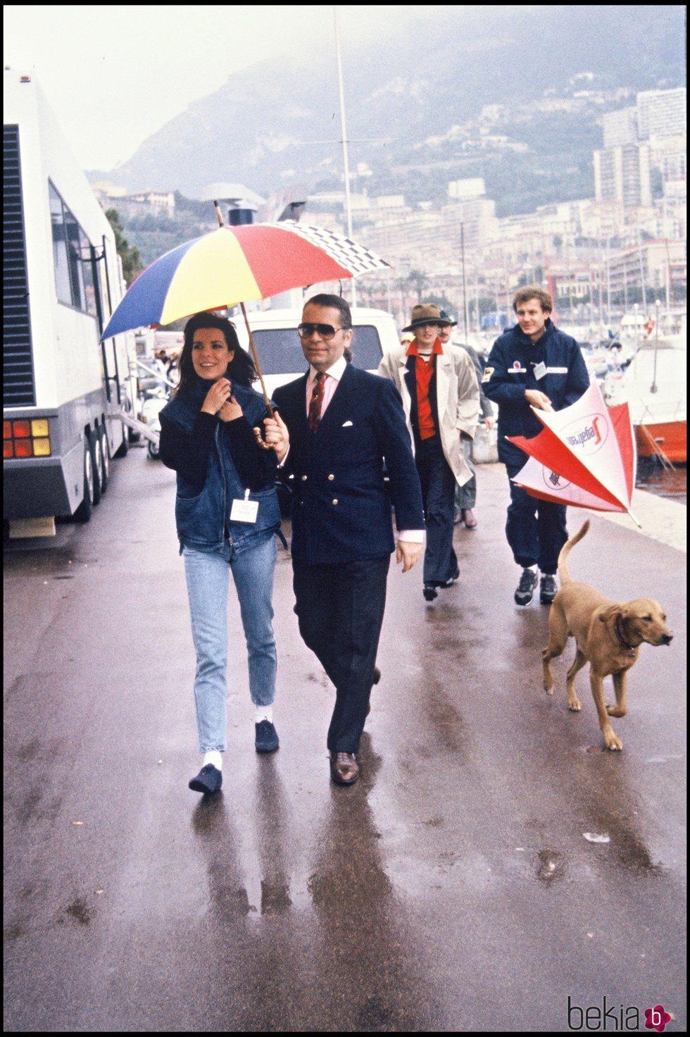 La Princesa Carolina y Karl Lagerfeld, seguidos por Stéfano Casiraghi, paseando por el puerto de Mónaco
