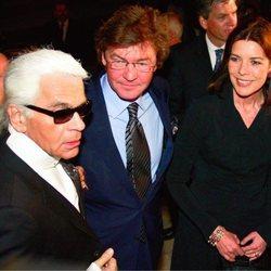 Karl Lagerfeld, Ernesto de Hannover y Carolina de Mónaco en un acto público