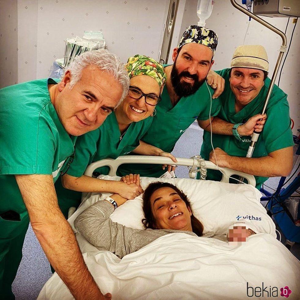 Toñi Moreno sostiene a su hija recién nacida y está rodeada de los médicos tras su parto