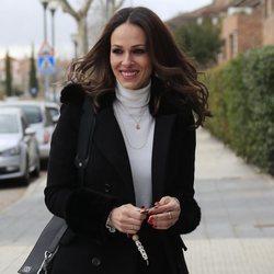 Eva González, muy sonriente llegando a su casa