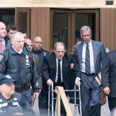 Harvey Weinstein saliendo de los juzgados de Nueva York ayudado por un andador