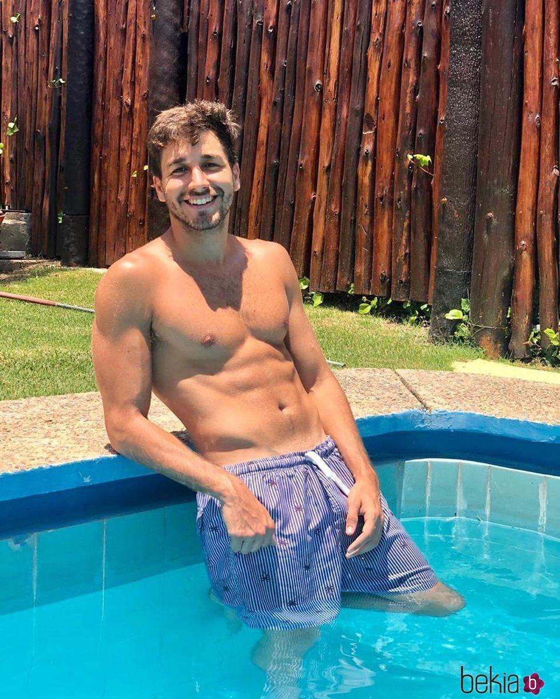 Ilan Cuesta luciendo torso sin camiseta