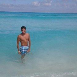 Ilan Cuesta con el torso descubierto en la playa