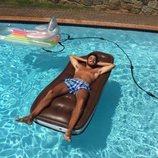 Ilan Cuesta sin camiseta en una piscina
