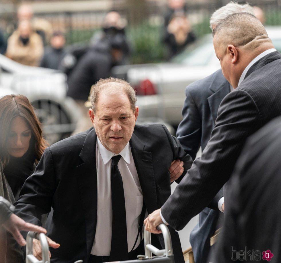 Harvey Weinstein llegando a los juzgados de Nueva York ayudado por su andador