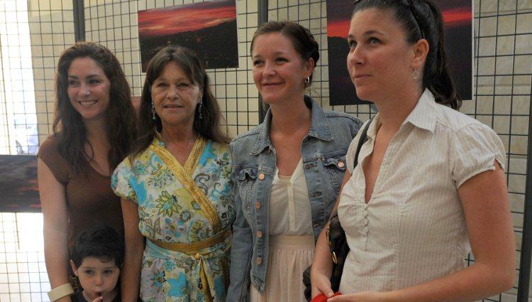 Marisol (Pepa Flores) posa con sus hijas en su última aparición en un acto público