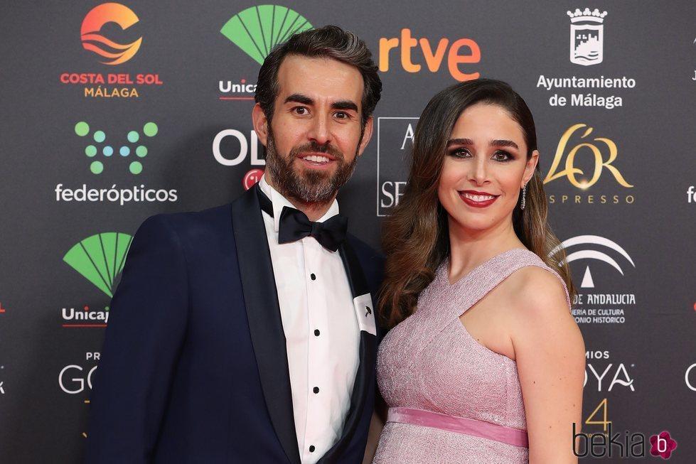 Candela Serrat y Daniel Muriel en un primer plano en la alfombra roja de los Goya 2020