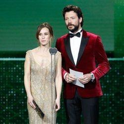 Marta Etura y Álvaro Morte entregando un premio en la gala de los Goya 2020
