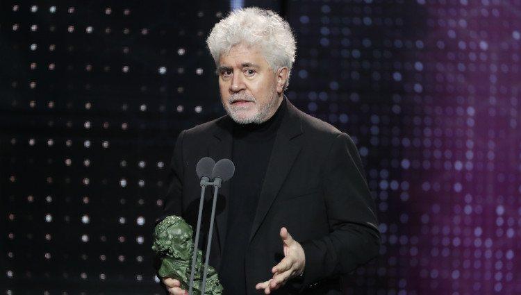 Pedro Almodóvar recogiendo un premio en los Goya 2020