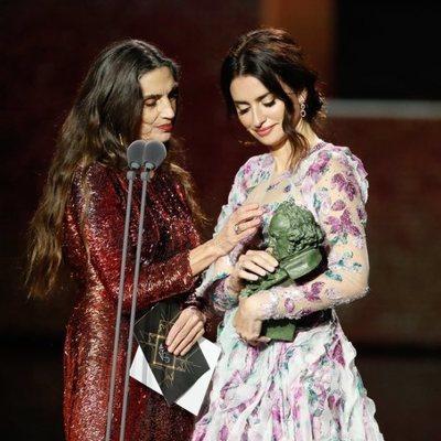 Ángela Molina y Penélope Cruz miran el Goya 2020 a la Mejor Dirección