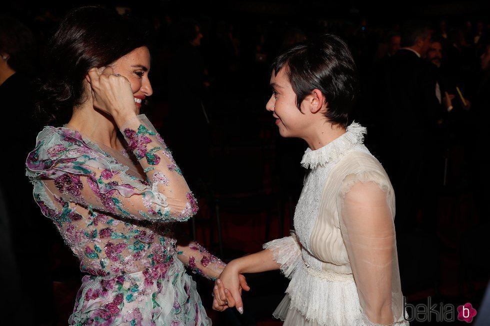 Penélope Cruz y Greta Fernández en los Goya 2020