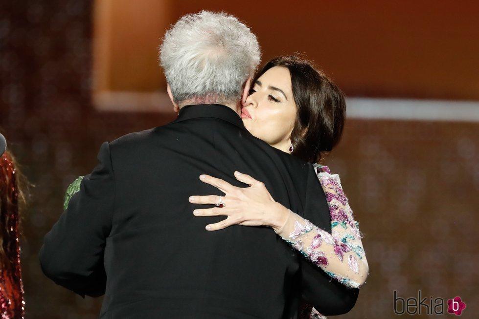 Penélope Cruz besa a Pedro Almodóvar en los Goya 2020