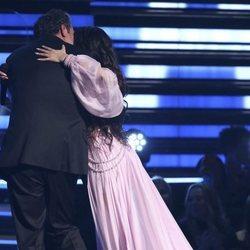 Camilla Cabello y su padre se abrazan en la gala de los Premios Grammy 2020