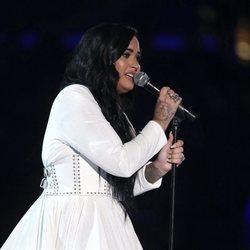 Demi Lovato muy emocionada en su actuación en los Premios Grammy 2020