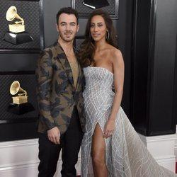 Kevin Jonas con su mujer, Danielle Jonas, en la alfombra roja de los Premios Grammy 2020
